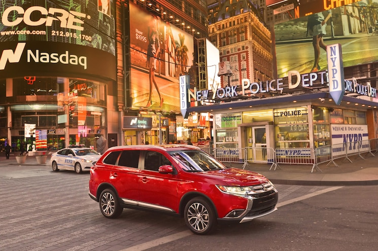 2016 Mitsubishi Outlander Front Three Quarter 15