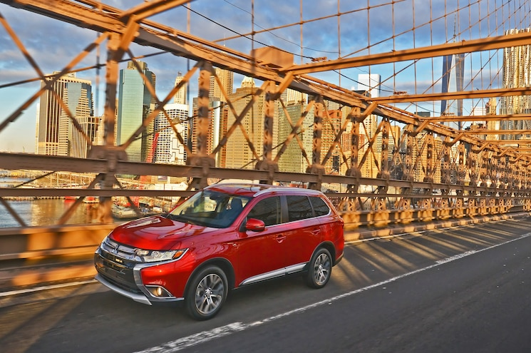2016 Mitsubishi Outlander Front Three Quarter In Motion 01