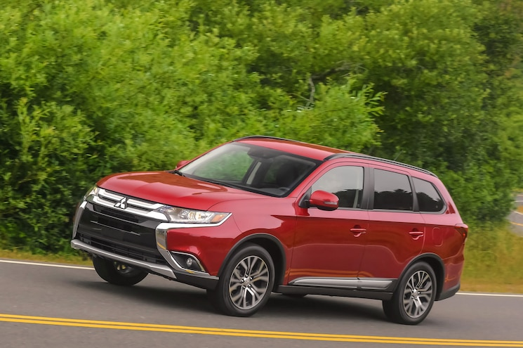 2016 Mitsubishi Outlander Front Three Quarter In Motion 07
