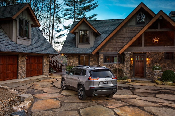 2019 Jeep Cherokee Limited Rear Quarter 01