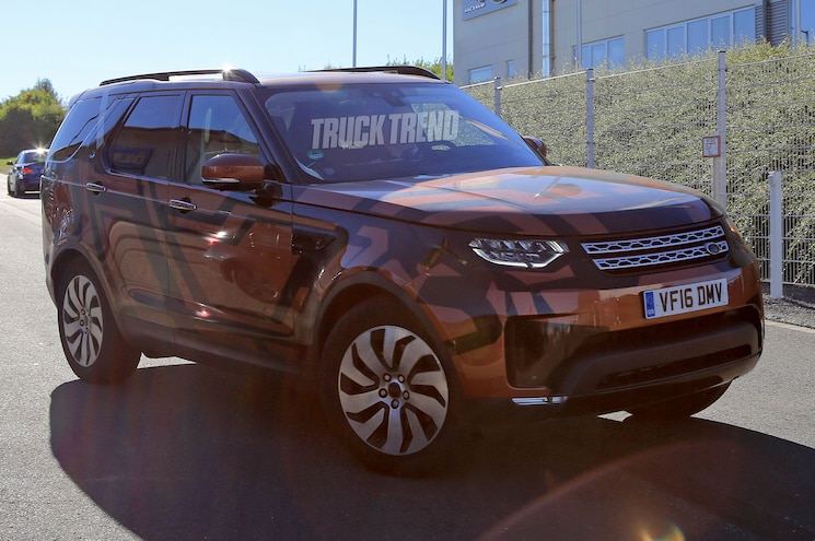 2018 Land Rover Discovery Front Three Quarter