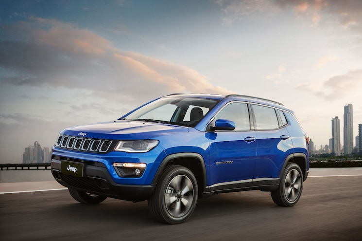 2018 Jeep Compass Latitude Exterior Front Three Quarter In Motion 01