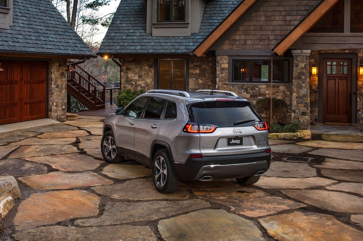 2019 Jeep Cherokee Limited Rear Quarter 02