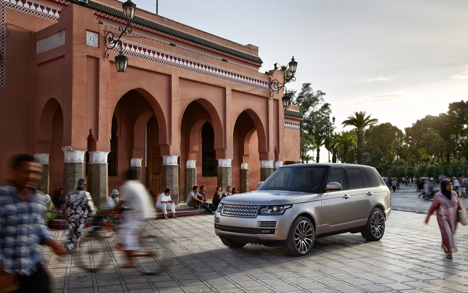 2013 Land Rover Range Rover Front Three Quarters Static 4