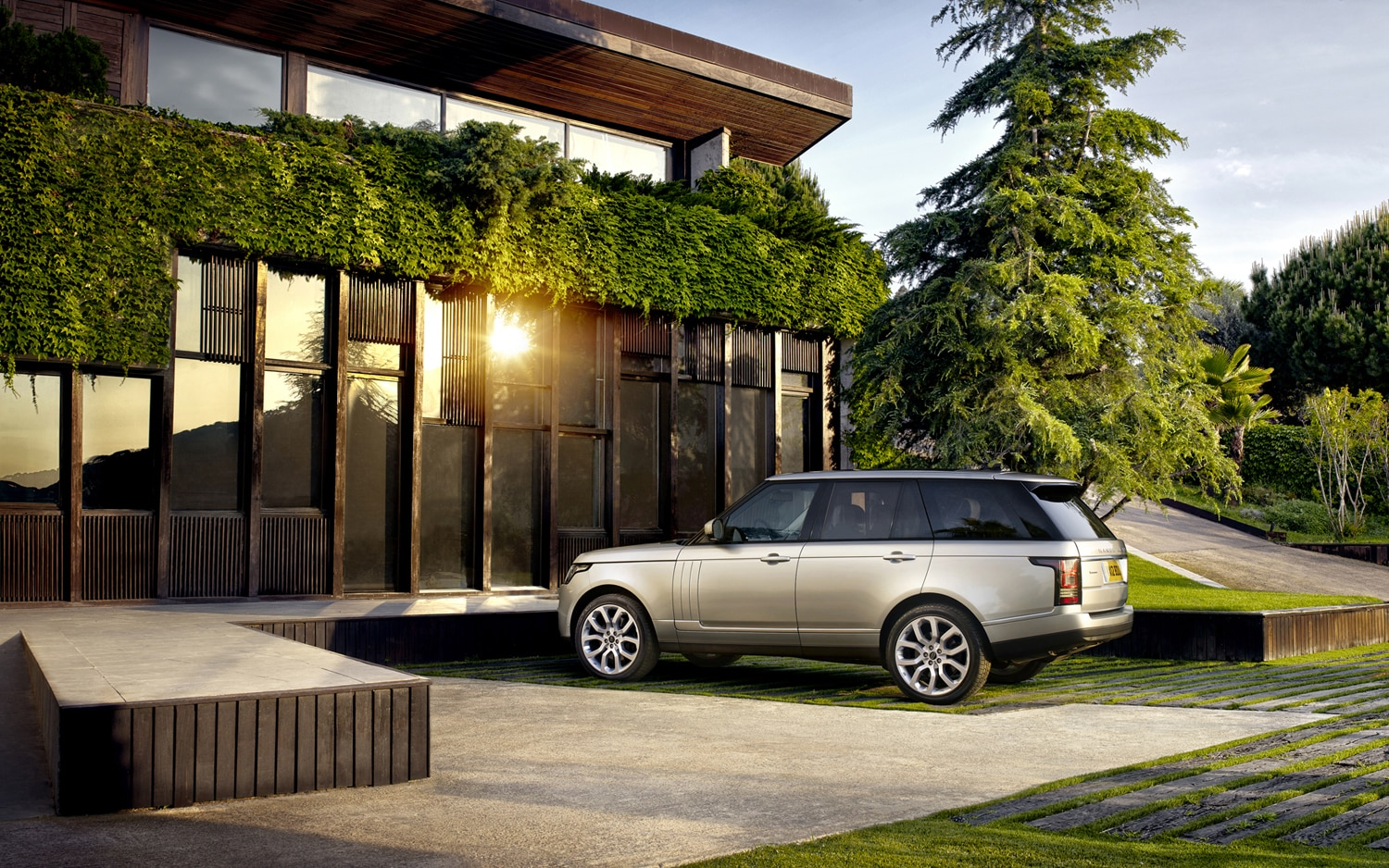 2013 Land Rover Range Rover Rear Three Quarter 4