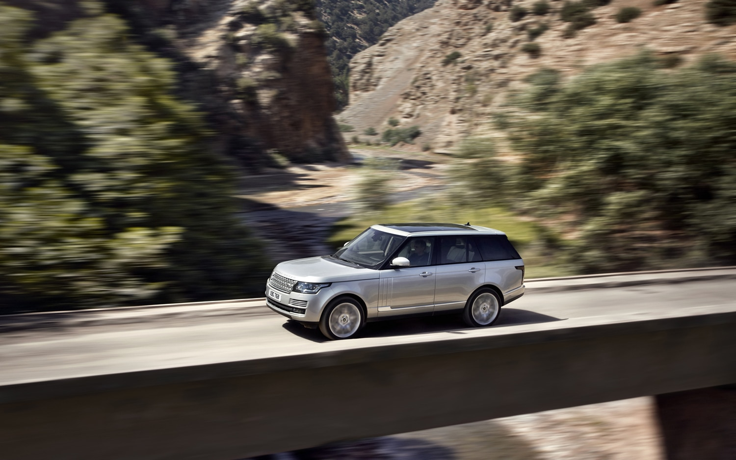 2013 Land Rover Range Rover Side In Motion 2