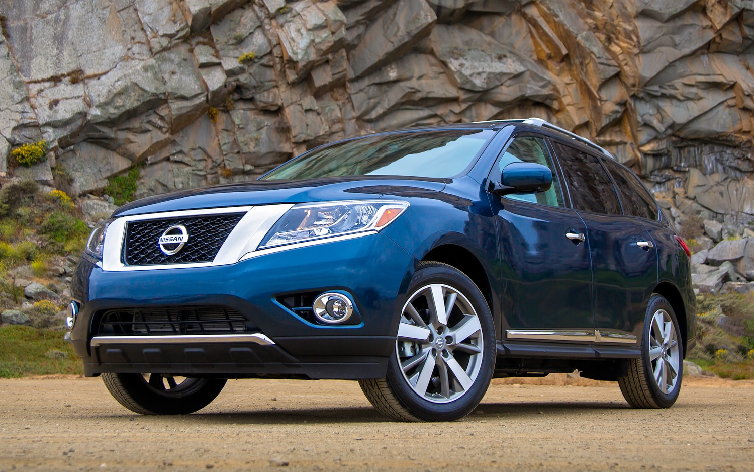 2013 Nissan Pathfinder Front Three Quarter Closeup