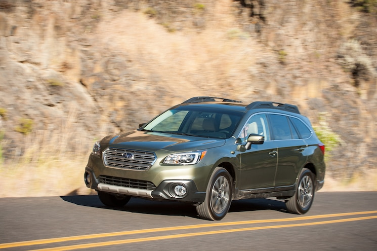 2015 Subaru Outback 36R Front Three Quarter In Motion 05