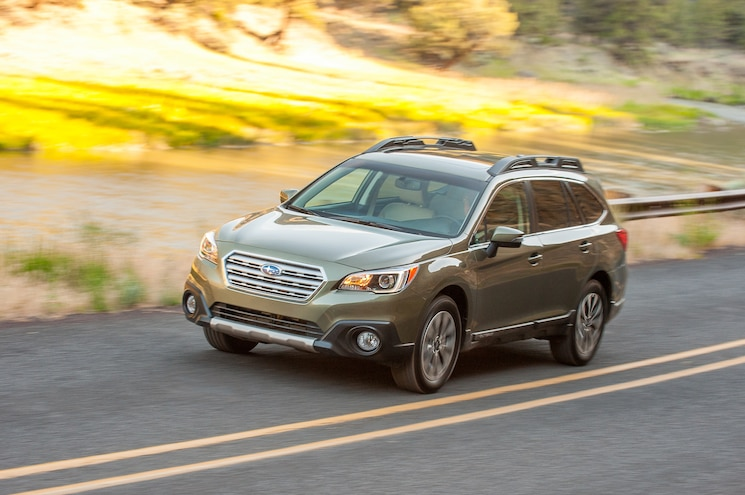 2015 Subaru Outback 36R Front Three Quarter In Motion 07