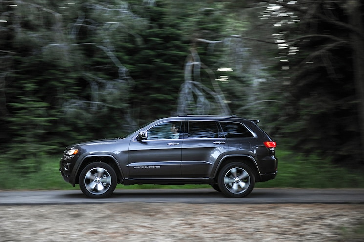 2015 Jeep Grand Cherokee Overland Side In Motion 02