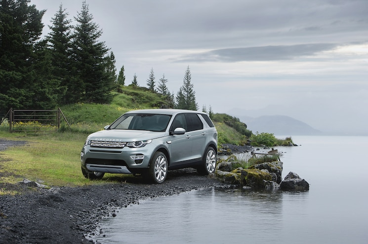 2015 Land Rover Discovery Sport Front Three Quarters 02