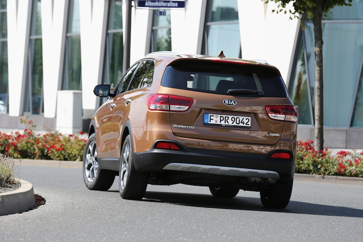 2016 Kia Sorento European Spec Rear End In Motion 02
