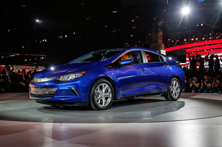 2016 Chevrolet Volt Front Three Quarters 02
