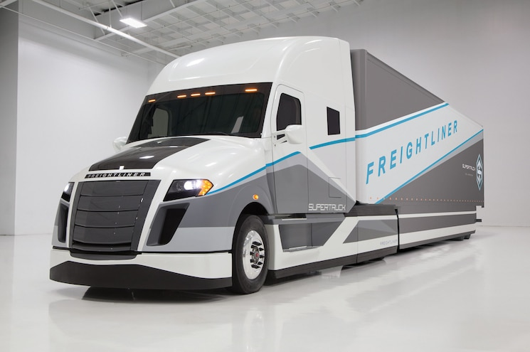 "Daimler Builds Twice-As-Efficient ""SuperTruck"" Class 8 Semi"