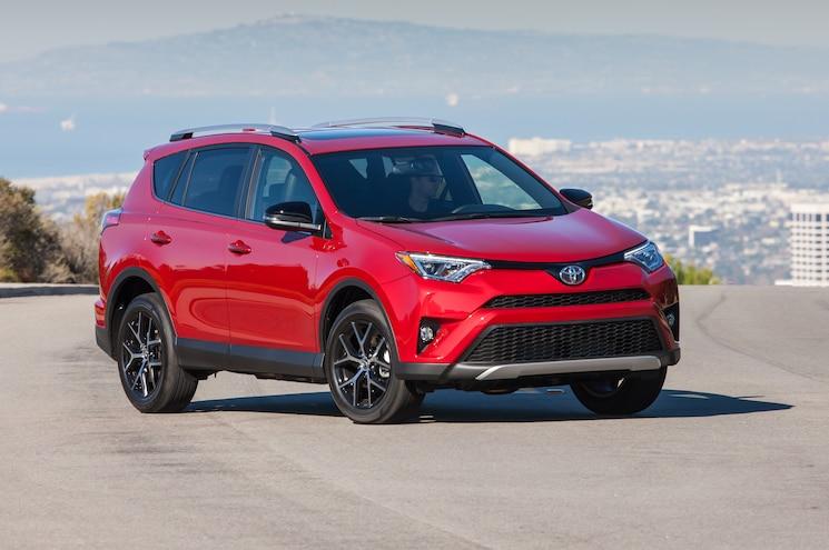 2016 Toyota RAV4 SE Front Three Quarter 06