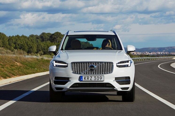 2016 Volvo XC90 T8 Front View In Motion 02
