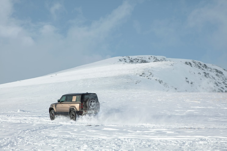 2020 Land Rover Defender 110 Off Road Snow 01