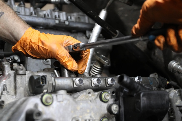 Installing Edelbrock 6 6l Duramax Cylinder Heads 34